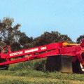 Hesston 1180 Mähwerk mit John Deere Traktor (Quelle: AGCO)