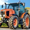 Kubota M115GX-IV Traktor mit Anhänger (Quelle: Kubota)