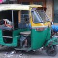 リキシャーで寝るインド人 in デリー