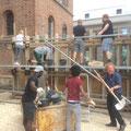 Augustin-Bea-Haus Reutlingen, Pfadfinder und jugendliche Flüchtlinge bauen die Stumpfbetonwand