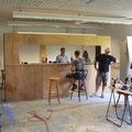 Dann haben sich ein paar fleißige Helfer an den Bau der Bar gemacht.