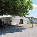 Beachvolleyballfeld vor dem Zelt...