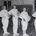 Ablegen der Fechterprüfung in der Turnhalle am 19.06.1957 (v.l. Walter Schwender, Kurt Rosemann, Willi Jung, Gerhard Görlich, Ingrid Baranowski)