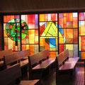Die Glasfenster von Jakob Lämmler mit den eindrücklichen Bäumen