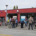 Beide Gruppen besammeln sich vor dem Bahnhof