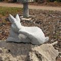 Hase aus Granit auf Kalksteinbrocken
