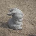 Hase aus Granit auf Pinienzaofen