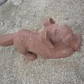 Jagdhund aus rotem Sandstein mit erbeuteten Hasen