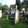 Alle lauschen der Geschichte vom entstehen des deutschen Teils des Friedhofs