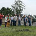 Alle lauschen der Erzählung vom Bäume pflanzen, der tschechischen Linde und der deutschen Eiche