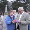 A. Zitzwarek gratuliert Hedwig Ritschka zum Geburtstag