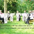 """Accordeonclub """"De vrolijke noot"""" wenst bruidspaar geluk."""