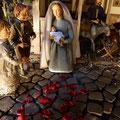 28.12.: Tag der unschuldigen Kinder, rote Rosenblätter erinnern an die Gewalt gegen Kinder (Milieukrippe in Sankt Maria in Lyskirchen, Foto © lyskirchen)