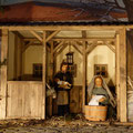Alltag, Joseph trägt das Kind und Maria wäscht nach den Feiertagen (Milieukrippe in Sankt Maria in Lyskirchen, Foto © lyskirchen)