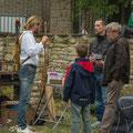Interessierte Besucher mit dem Bogenbauer im Gespräch.