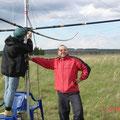 UA9CDV занял удобную позу, пока RV9CTD крутит гайки на его антенне