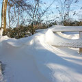 Schneewehe am Weg