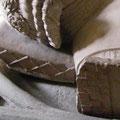 Seitliche Schnürung, Epitph Eberhard I von der Mark (Frondenberg 1308) [Foto von Graham Field www.themcs.org ]