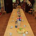 An diesem Tisch wird kreativ gearbeitet und zu den Mahlzeiten gegessen