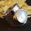 Brede zilveren ring met maansteen