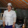 Köchin Dogi am jetzigen Arbeitsplatz in der Küchenjurte