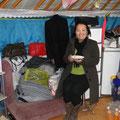 """Projektleiterin Zaya im jetzigen """"Büro"""" in der Küchenjurte"""