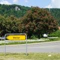 Ortsschild mit Kastanien      Foto: Hermann Stolz