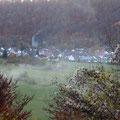 Blick auf Weiler im Herbstnebel      Foto:  Martin Knaus