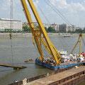 Da das Teil aufgrund der Lage nicht verladen werden konnte, wurde es auf Brückenteile abgelassen und neu angeschlagen.