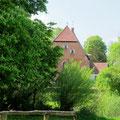 Die Kirche von Walkendorf aus der Ferne