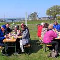 Kaffee und Kuchen schmeckten mit Blick auf den Bodden und Bodstedter Hafen.