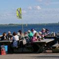 Reden, essen, trinken mit wunderschönem Blick aufs Meer und mit vielen Kitesurfer am Horizont.