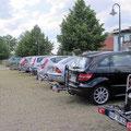 Die Autokarawane auf dem Parkplatz in Röbel – alle Räder abgesattelt...