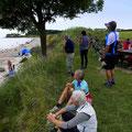 Nächster Halt zur Mittagspause: Luchpakete raus und aufs Meer schauen. Was liegt dort in der Ferne? Man entschied sich für Poel.