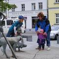 Treff der jüngsten Teilnehmer am Bernsteinbrunnen in Ribnitz