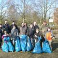 Wie jedes Jahr  sammelt die Jugendgruppe Müll am See ein der es grad am nötigsten hat.