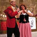 """Eine besondere Darbietung bot uns """"E fussich Julche"""" Marita Köllner mit ihrem stimmungsvollen Auftritt. Große Heiterkeit löste das Tauschgeschäft  rote Locken gegen die strassbesetzte Komiteemütze unseres Präsidenten aus."""