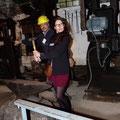 Karine maniant le marteau lors de la visite d'une forge