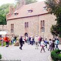 """Die Fahrgäste vom Ostfalen Courier versammeln sich vor der """"Gräflichen Halle"""" vom Schloss Altenhausen — hier: Schloss Altenhausen"""