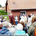 """Der """"Markgraf Christian Heinrich von Bayreuth-Kulmbach"""" empfängt die Reisenden vom Ostfalen Courier direkt vor dem Flüsschen Aller zu einer Führung durch Weferlingen — hier: Flecken Weferlingen"""