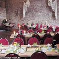 """Kaffeegedeck in der """"Gräflichen Halle"""" vom Schloss Altenhausen — hier: Schloss Altenhausen"""