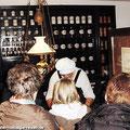 Fahrgäste vom Ostfalen Courier informieren sich im Apothekenmuseum von Weferlingen — hier: Flecken Weferlingen