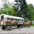 Die Pferdekutsche (Kremser) steht für Fahrgäste vom Ostfalen Courier am Bahnof Schloss Altenhausen bereit — hier: Schloss Altenhausen