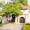 Das Südtor vom Schloss Altenhausen ist der Verbindungsweg zum Gestüt Schloss Altenhausen — hier: Schloss Altenhausen