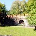 Die Nord/Westmauer vom Schloss Altenhausen ist ein beliebter Grillplatz — hier: Schloss Altenhausen
