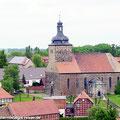 """Fahrgäste vom Ostfalen Courier blicken in Weferlingen vom Burgturm """"Grauen Harm"""" in Richtung Mausoleum — hier: Flecken Weferlingen"""