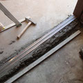 玄関は床段差を解消するため引き戸レールを埋め込みます。