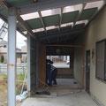 解体工事。鉄骨の構造材(柱と梁)だけを残して全て撤去します。