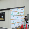 外壁は既存倉庫と同色柄のトタン角波板張り。