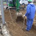 重機を使って増築スペースの掘削。